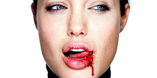 кровь на губах