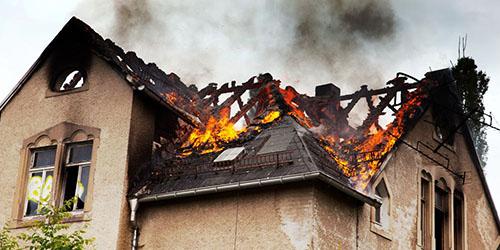 горящая крыша дома