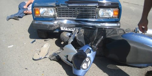 машина сбила мотороллер
