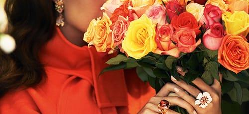 Фото Сонник женщина дарит цветы