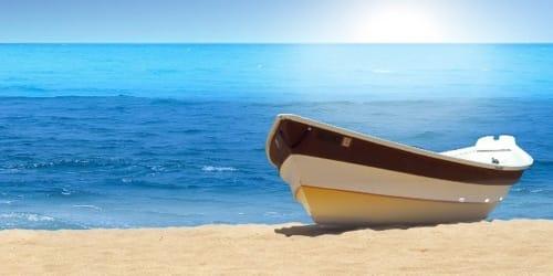 лодка на море