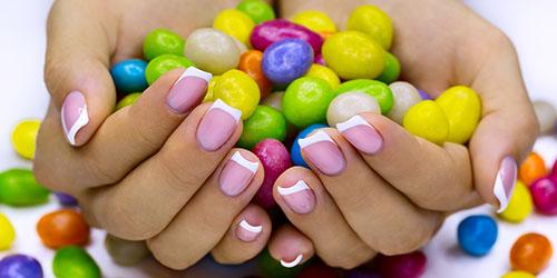 к чему снится угощать конфетами