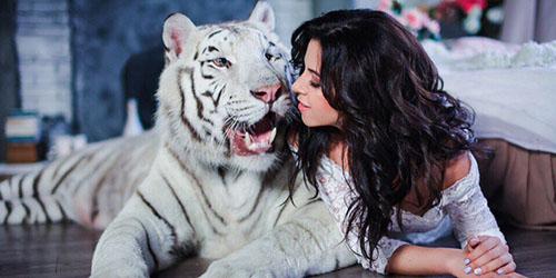 девушка с тигром