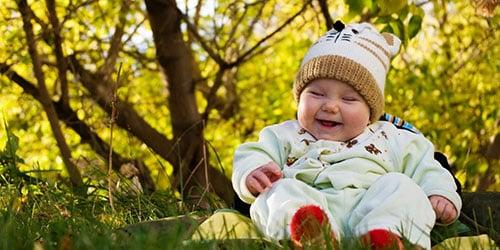 Улыбающийся младенец мальчик