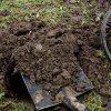 копать землю