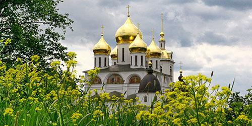 Церковь с золотыми куполами