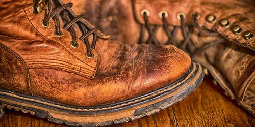 приснилась поношенная обувь