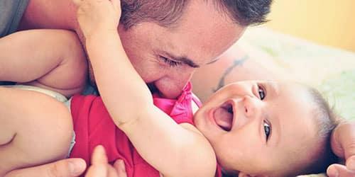 Мужчина с маленькой девочкой