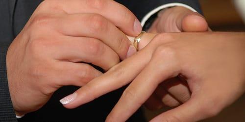надевать кольцо