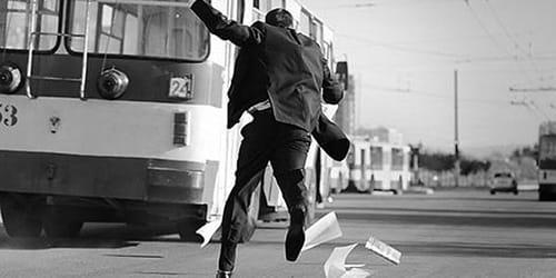 мужчина догоняет автобус