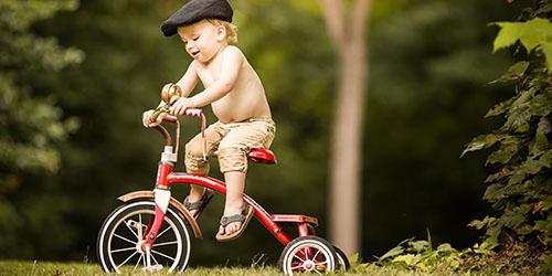 Ехать на маленьком велосипеде