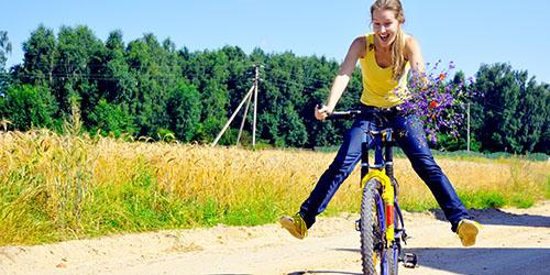 Ехать на велосипеде по ровной дороге