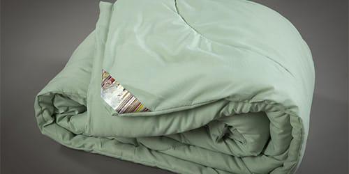 Завернутая в одеяло и связанная