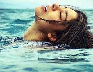 Плавать в море