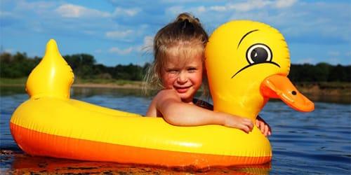 ребенок плавает в реке