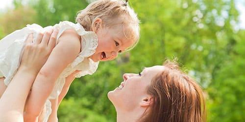 Ребенок на руках улыбается
