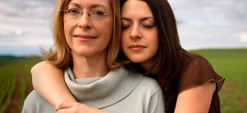 к чему снится обнимать человека знакомого