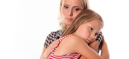 обнимать дочь