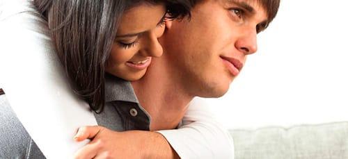 обнимать мужа
