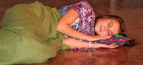 к чему снится спать на полу