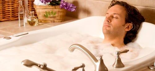 жена моется ванне а муж к ней идет мытся