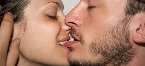 целует ноги ухажера жены
