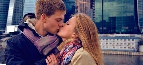к чему снится знакомый парень целует в щеку