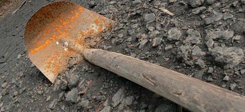 убить лопатой
