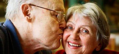 целует умерший человек