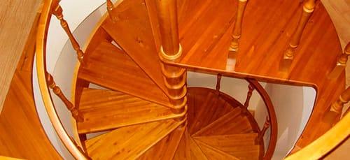 подниматься по деревянной лестнице