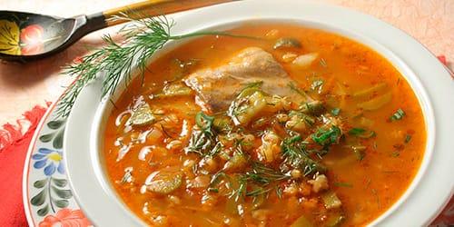 угощать супом гостей
