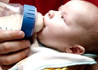 Во сне кормить младенца