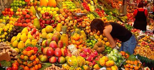 фрукты на прилавке