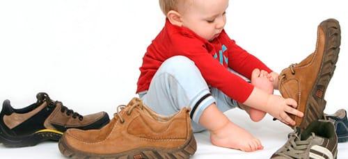 примерять ботинки