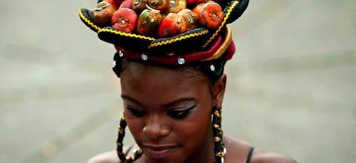 негритянка несет фрукты