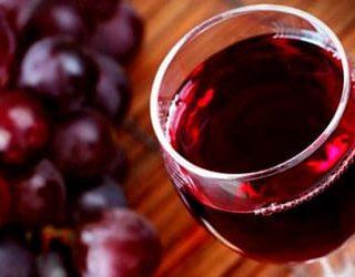 Пить вино красное