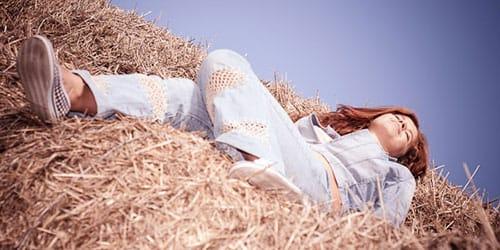 к чему снится спать в соломе
