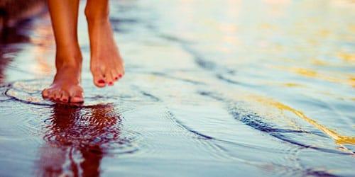 к чему снится идти по воде босиком