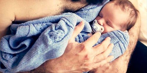 сонник носят на руках ребенка