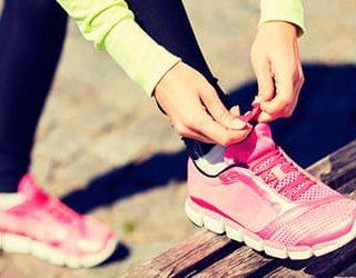 Завязывать шнурки