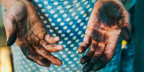 грязные руки в саже