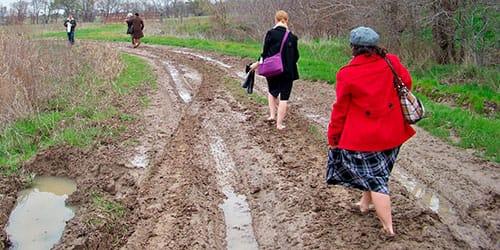 к чему снится идти босиком по грязи