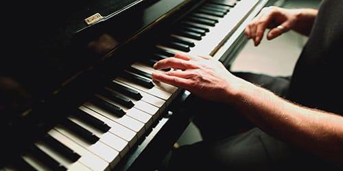 На клавишах в играть пианино