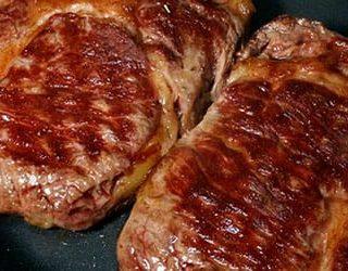 Жарить мясо