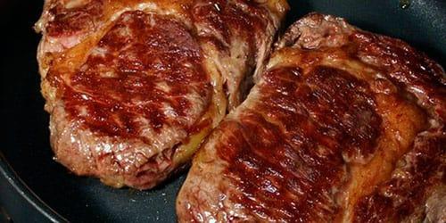 жарить мясо на сковороде