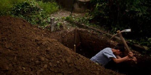 раскапывать чужую могилу с покойником