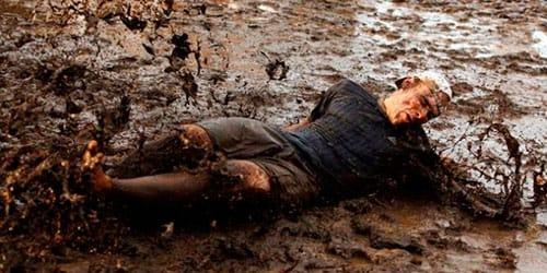 упасть в грязь и вылезти из нее