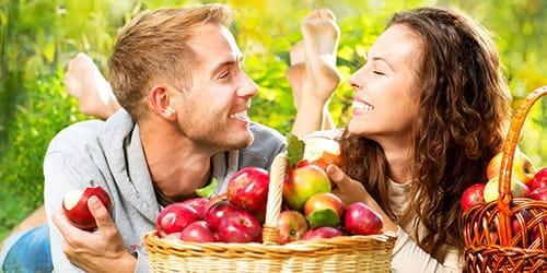 мужчина ест яблоко