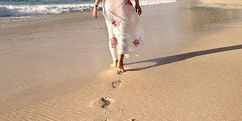 идти по песку