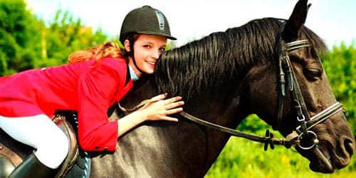 кататься на черной лошади